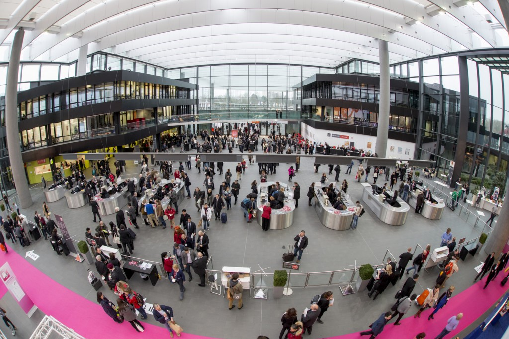 Besucher betreten die Messe am Eingang Mitte (Visitors enter the Toy Fair at the Central Entrance)